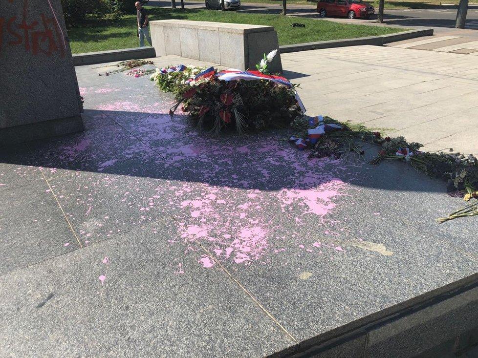Sochu maršála Koněva někdo počmáral a polil růžovou barvou.