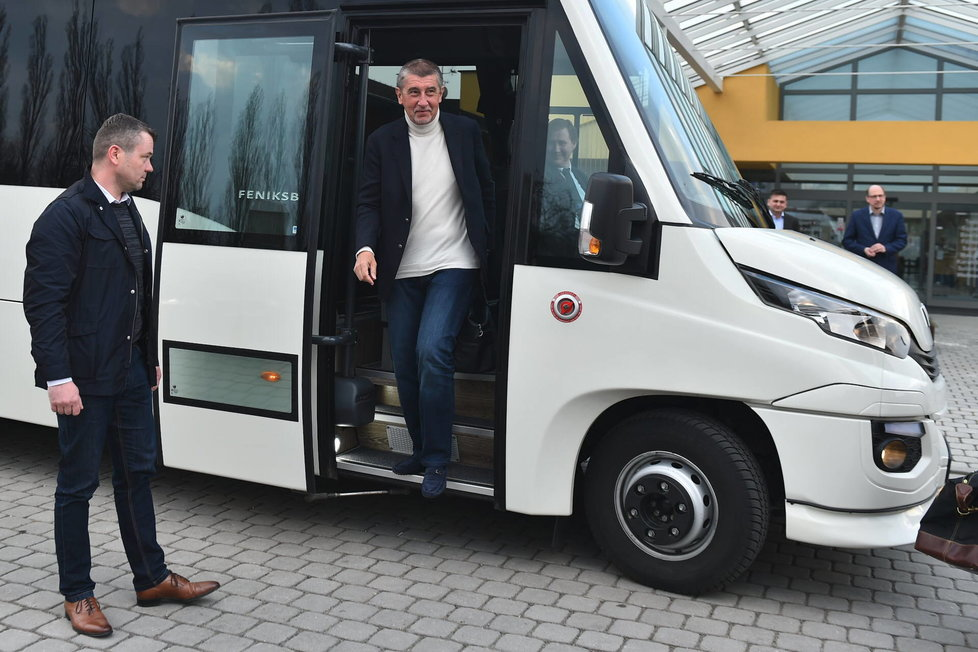 Tímto autobusem jezdí vláda v demisi do krajů. Zapůjčen je bezplatně z ministerstva vnitra.