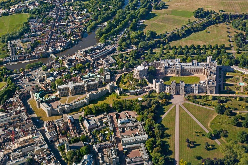 Se stavbou hradu Windsor se započalo v 11. století a rozkládá se na ploše přes pět hektarů.