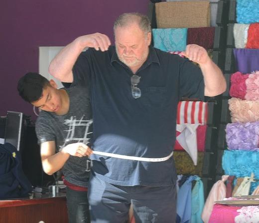 Thomas Markle si na naaranžovaných fotkách nechává šít oblek
