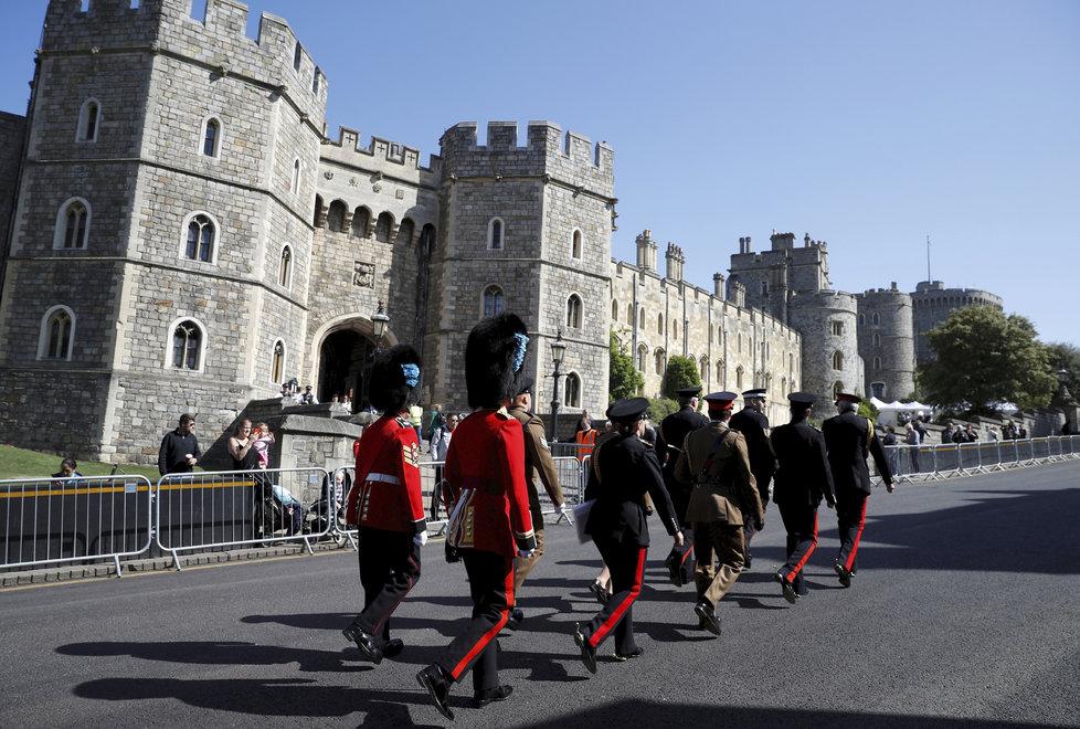 Před hradem Windsor číhaly už dva dny před svatbou stovky lidí.