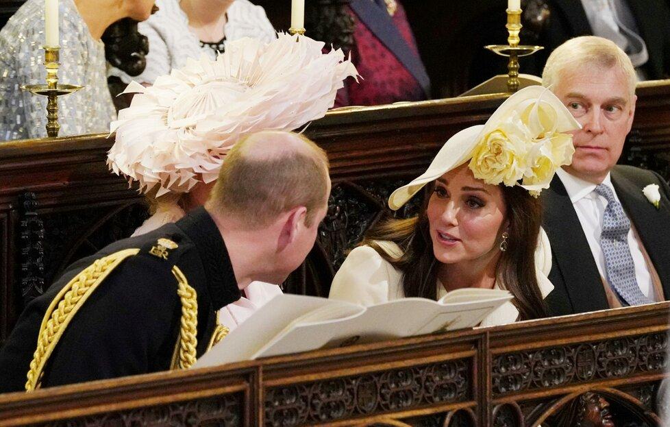 Kate s Williamem v hovoru během obřadu