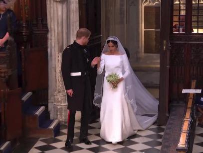 Harry s Meghan odcházejí z kaple sv. Jiří.