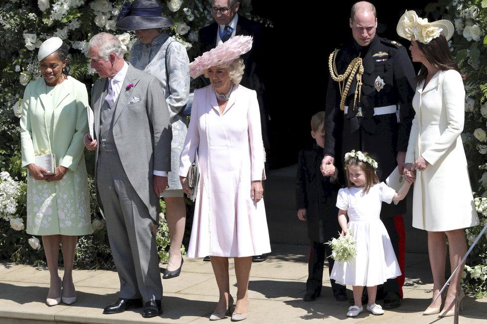 Malá Charlotte byla v dobré náladě, princ George se schovával za svého tátu.