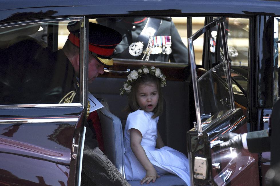Malá Charlotte přijíždí na Windsor.