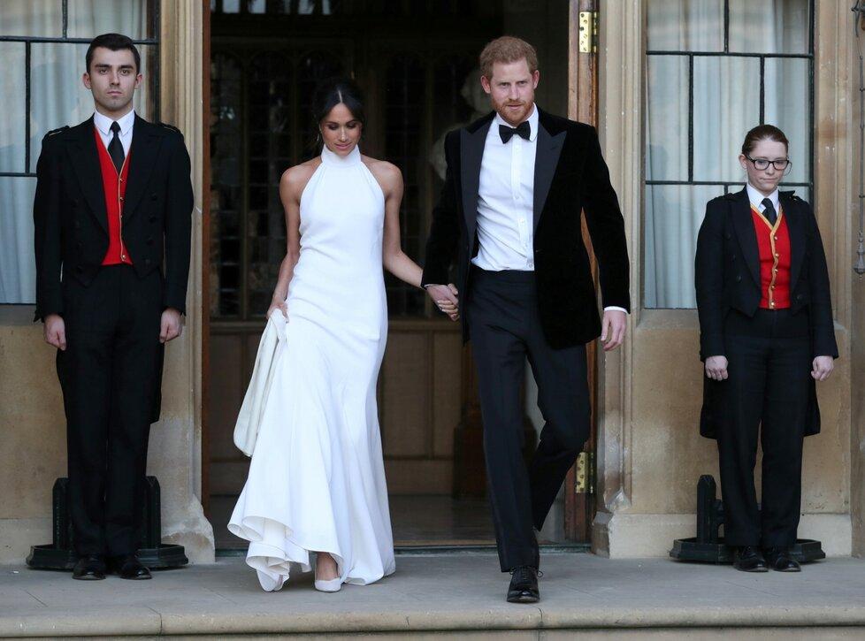 Meghan s Harrym přijeli na večírek v modrém jaguáru. Novomanželka se převlékla do dalších nádherných šatů