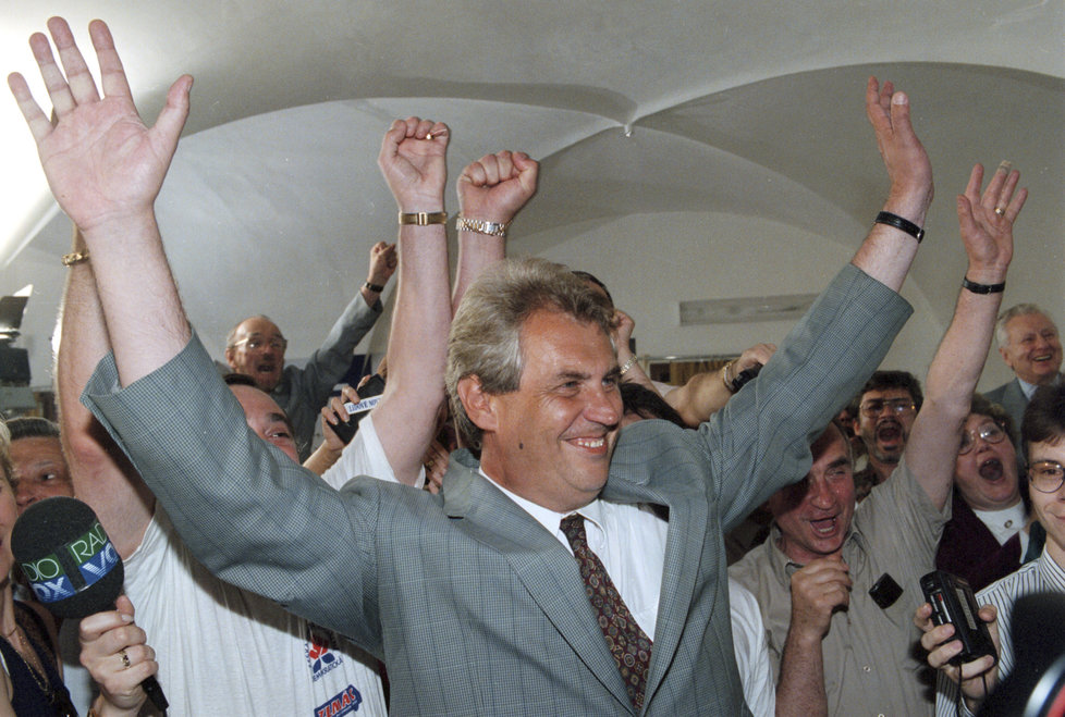 1996: V červnu byla ČSSD se Zemanem v čele druhá v parlamentních volbách. Hned za Klausovou ODS. Později se oba svých stran zřekli.