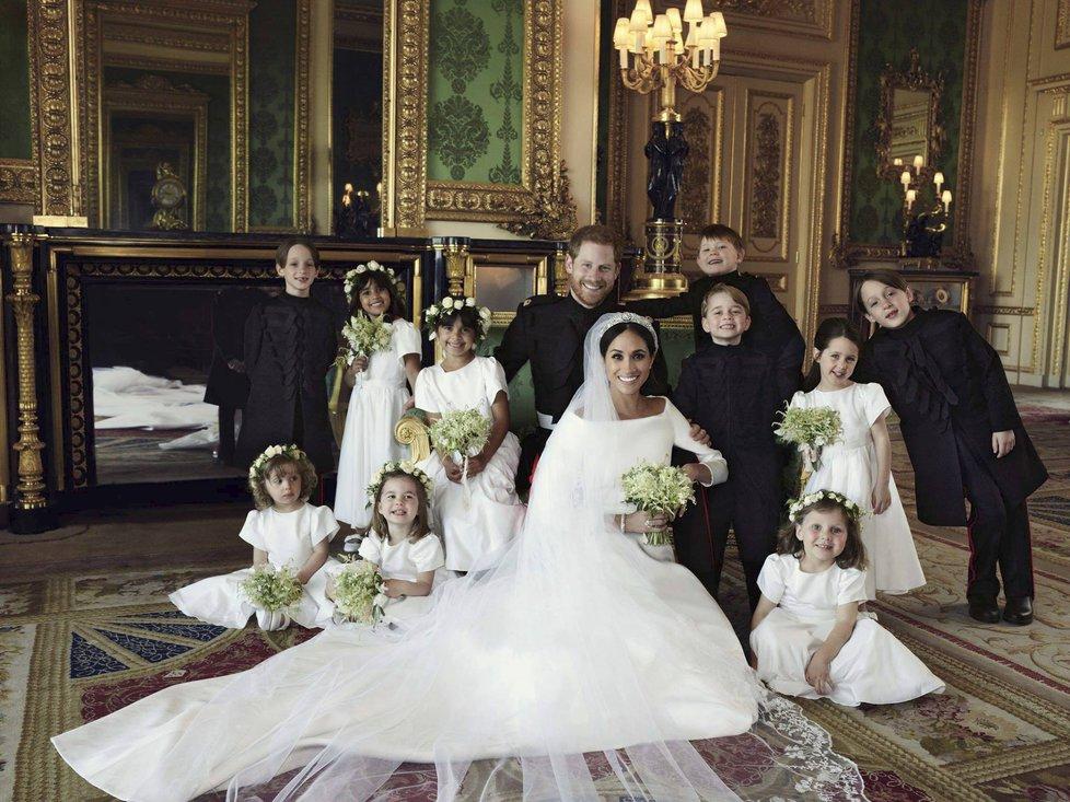 Oficiální portrét svatebčanů s družičkami a mládenci