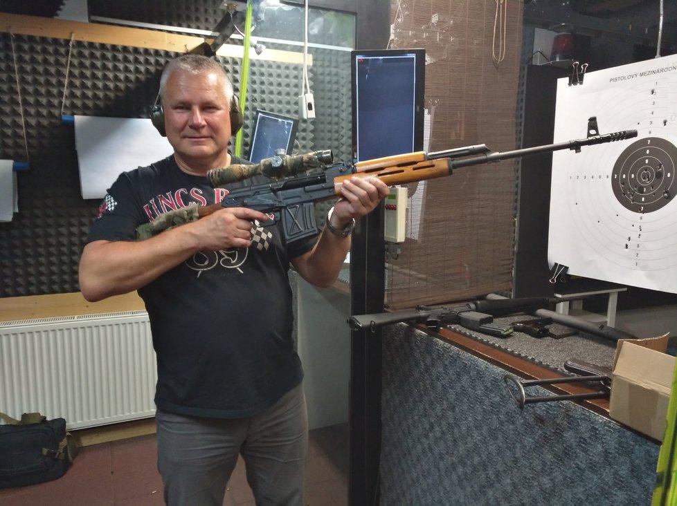 Na střelnici byl vícekrát a zkusil si několik zbraní.