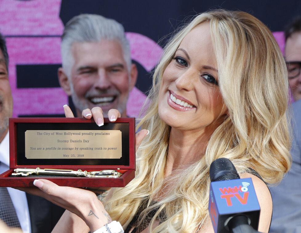 V Hollywoodu oslavovali Den Stormy Daniels. Pornoherečka, která se soudí s prezidentem Donaldem Trumpem, dostala symbolický klíč od města (24. 5. 2018).