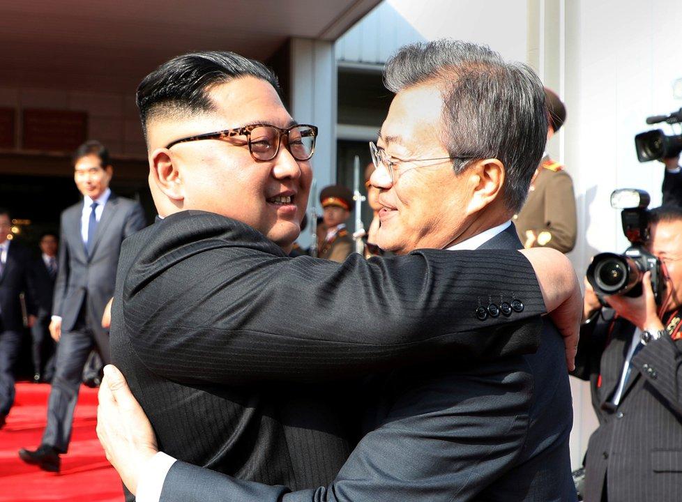 Jihokorejský prezident Mun Če-in (vpravo) a vůdce KLDR Kim Čong-un se setkali v demilitarizované zóně (26. 5. 2018)