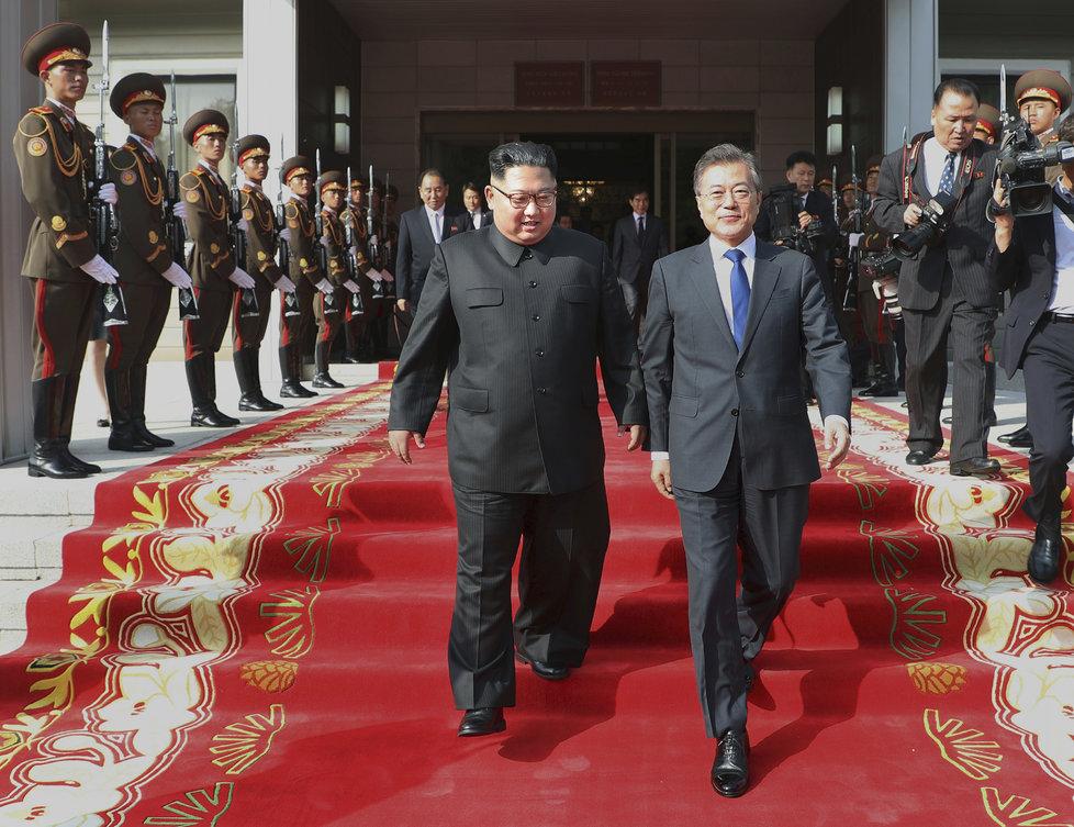 Jihokorejský prezident Mun Če-in (vlevo) a vůdce KLDR Kim Čong-un se setkali v demilitarizované zóně (26. 5. 2018).