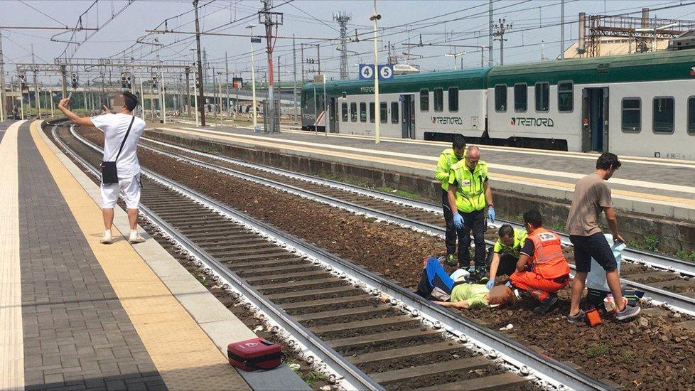 Muž si fotil selfie se stařenkou, kterou srazil vlak.