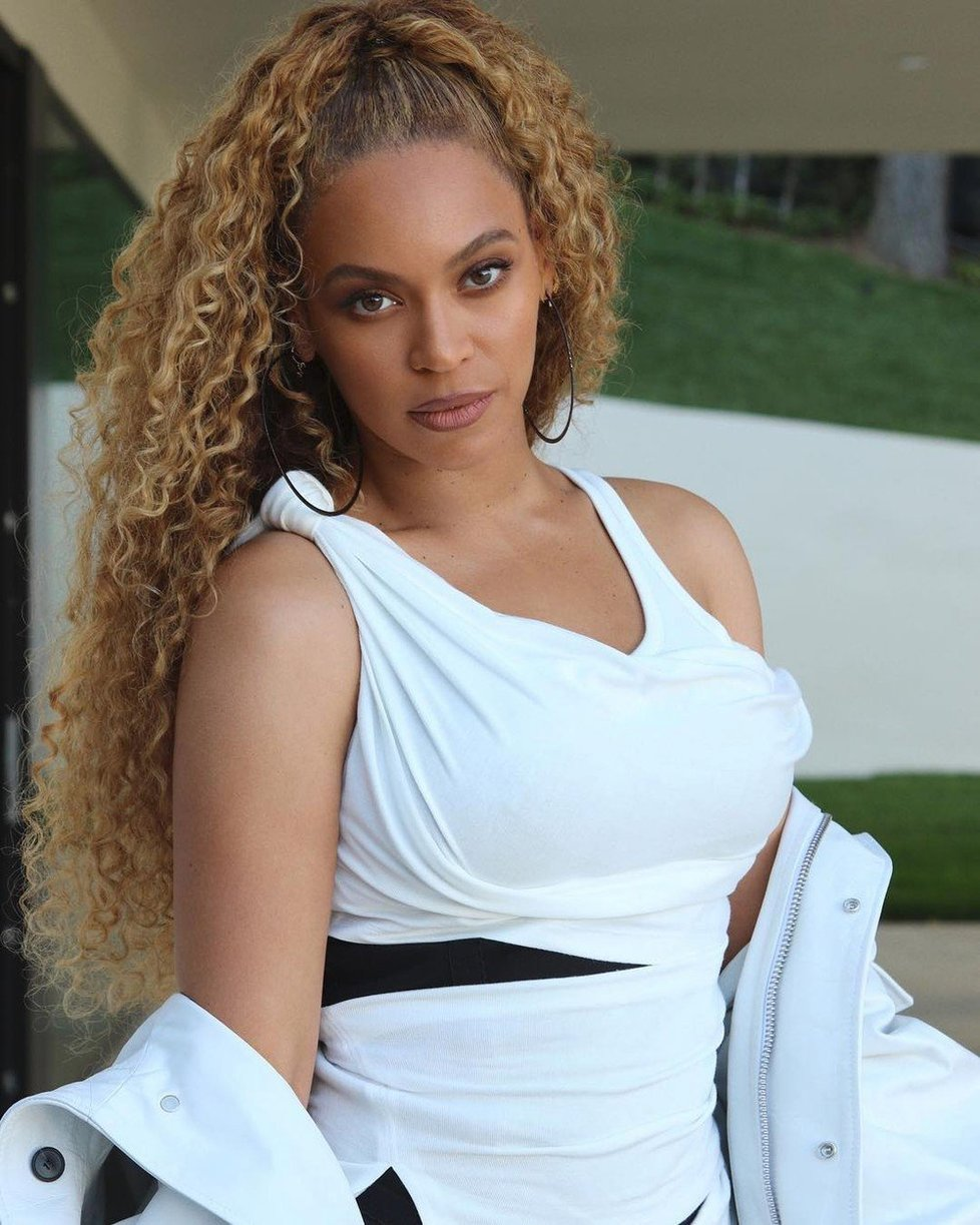 Také zpvěčka Beyoncé se může pochlubit kudrnami.