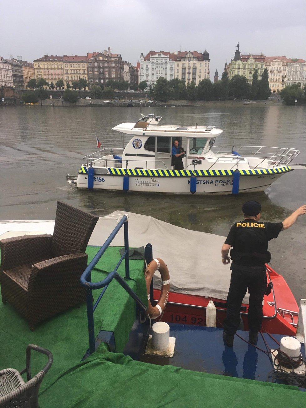 Zásah městské policie na pražské náplavce po přívalovém dešti 9. června 2018
