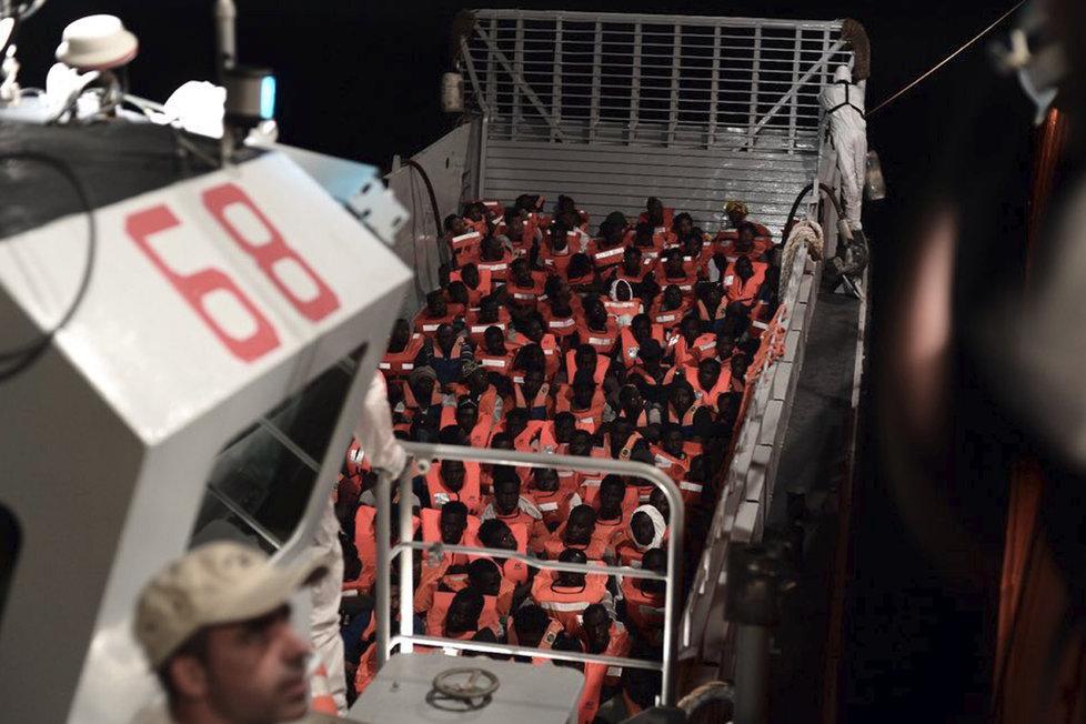Loď Aquarius se šesti stovkami migrantů se dostala do problémů: Itálové ji odmítli, Španělé nabídli pomoc