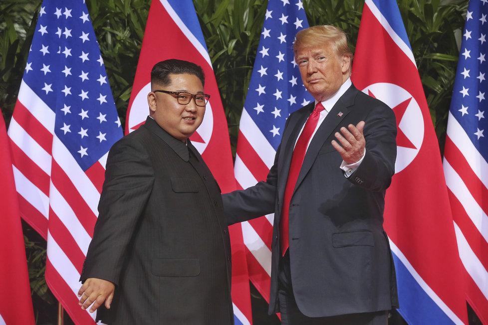 Donald Trump a Kim Čong-un přepsali historii: V Singapuru se sešli ke společnému jednání (12.6.2018)