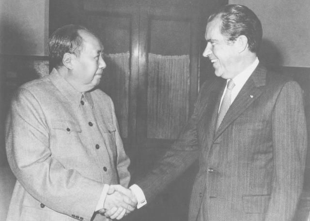 Americký prezident Richard Nixon navštívil ve dnech 21. až 28. února 1972 Čínu, kde v Pekingu přes hodinu jednal s vůdcem čínských komunistů Mao Ce-tungem.