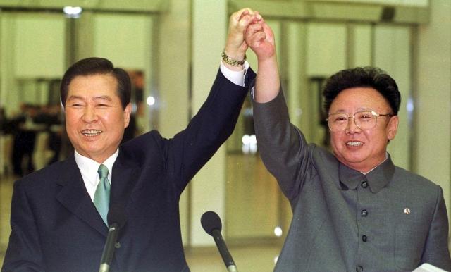 V severokorejské metropoli Pchjongjangu se 13. až 15. června 2000 při prvním mezikorejském summitu od konce druhé světové války, kdy byl Korejský poloostrov rozdělen, setkal jihokorejský prezident Kim Te-džung se severokorejským vůdcem Kim Čong-ilem.