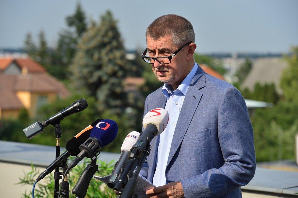 Premiér Babiš přesunul kvůli několika demonstrantům tiskovou konferenci z Lán do Průhonic, kde žije. Nechtěl prý čelit sprostým nadávkám (17.6.2018)