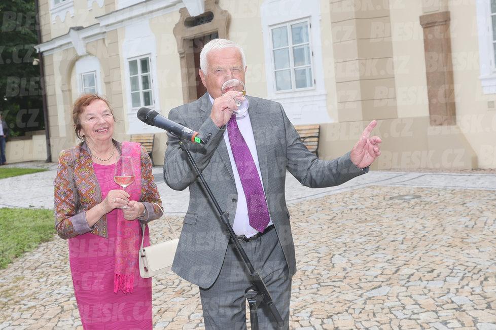 Oslava Klausových 77. narozenin v sídle jeho Institutu: S manželkou Livií