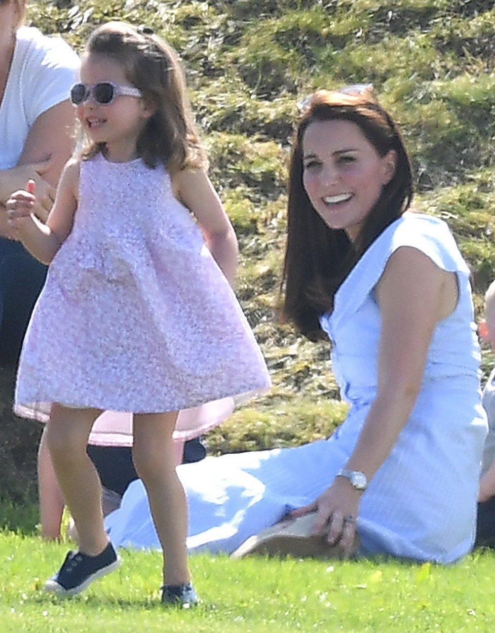 Vévodkyně Kate vyrazila s malým princem Georgem a princeznou Charlotte na každoroční The Maserati Royal Charity Polo Trophy, kde společně fandili tatínkovi, princi Williamovi.