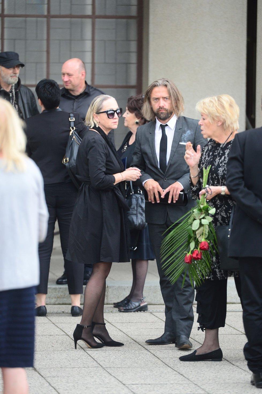 Utajený pohřeb maminky Báry Basikové.