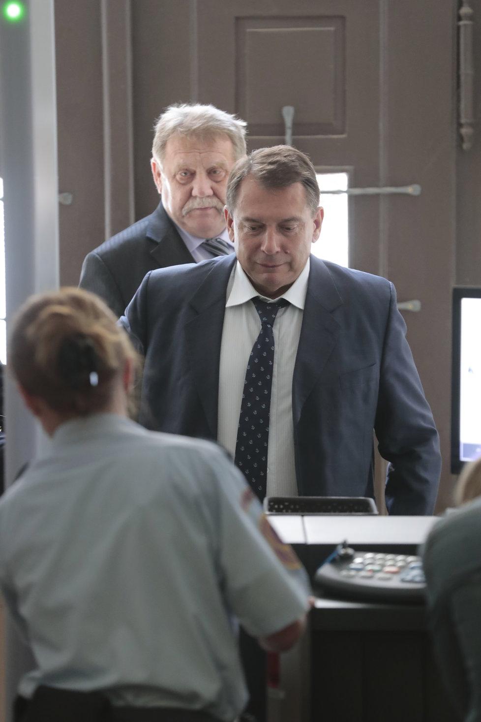 Jiří Paroubek u vstupu do budovy soudu. Za zády mu stojí jeho právní zástupce.