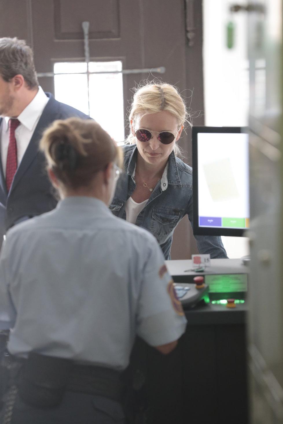 Petra Paroubková se při vstupu do budovy soudu schovávala za černé brýle.