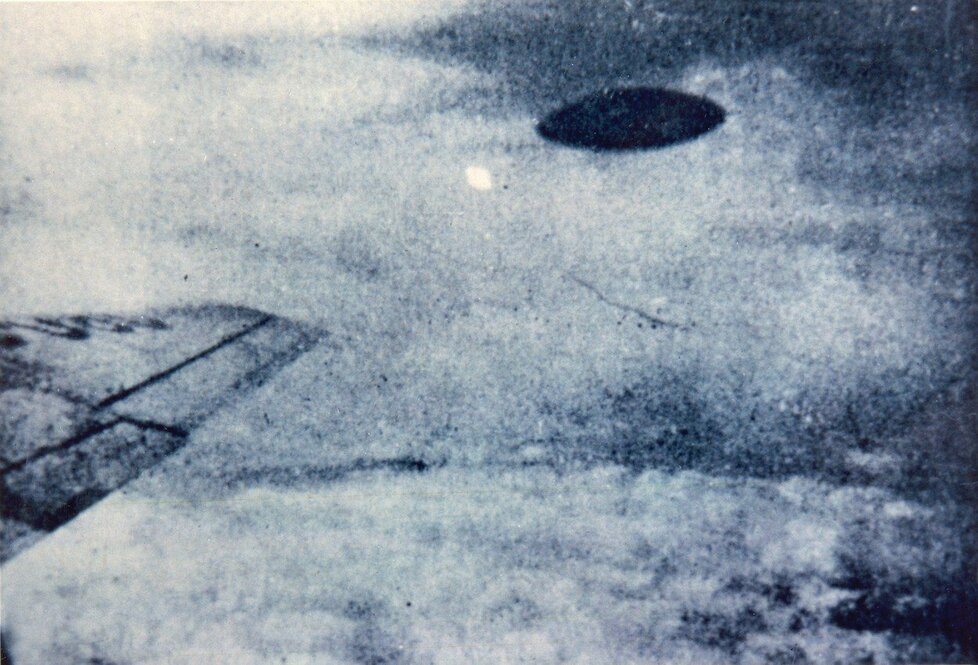 Tenhle snímek UFO pořídil údajně cestující v letadle nad městem Mexico city, současně s výpadkem elektrické energie ve městě, rok 1950
