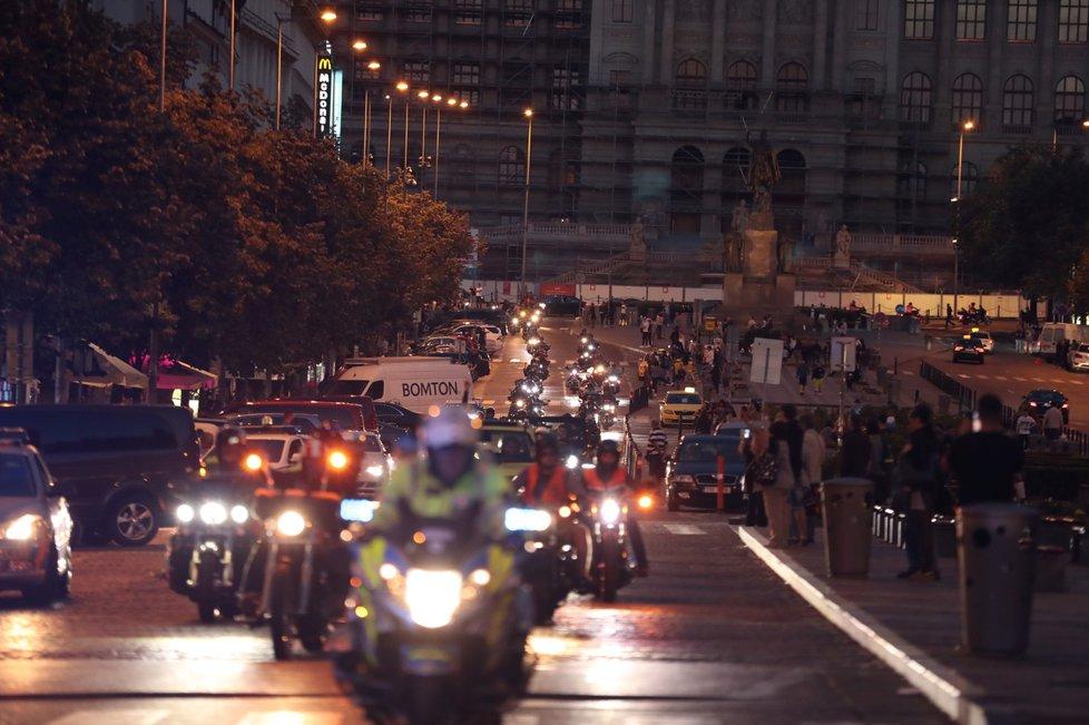 Centrem Prahy projely stovky motorek při noční spanilé jízdě.