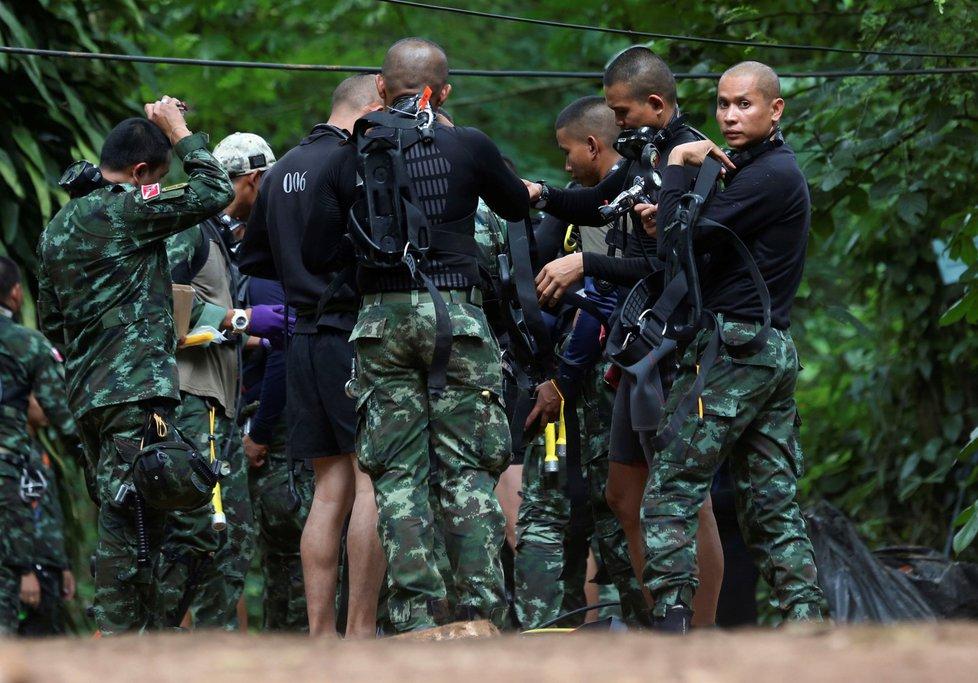 Vojáci jsou připraveni v případě potřeby okamžitě tým evakuovat.