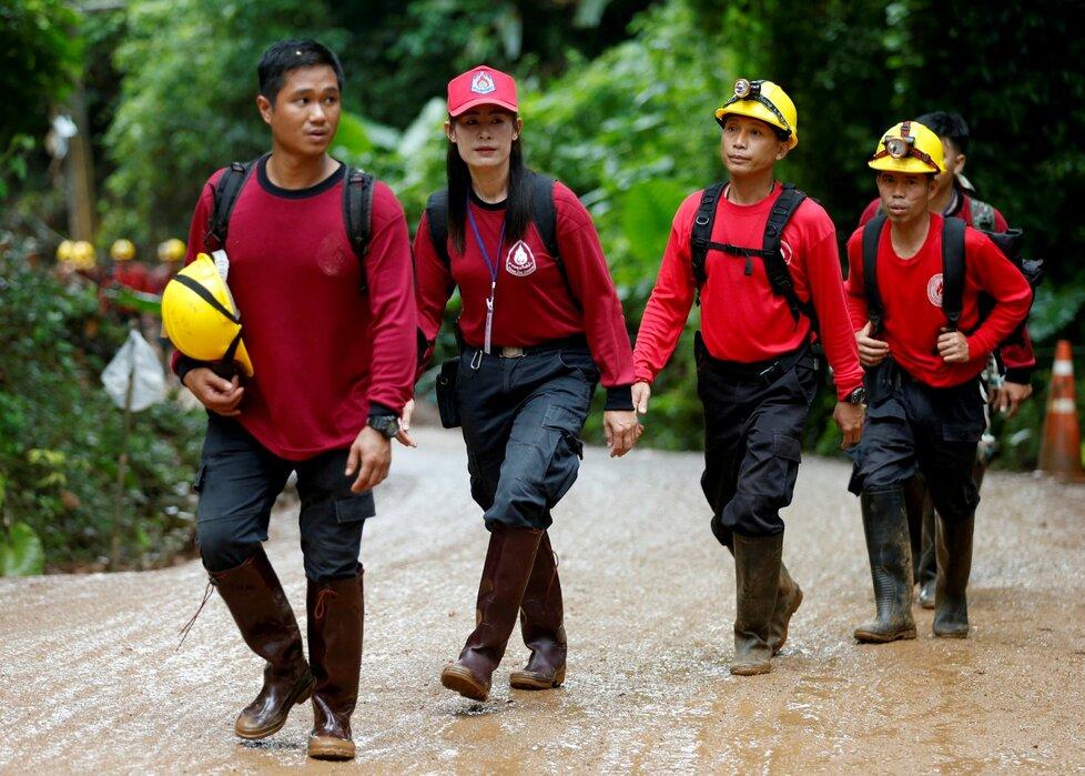 Záchranáři u jeskyně Tham Luang v Thajsku.