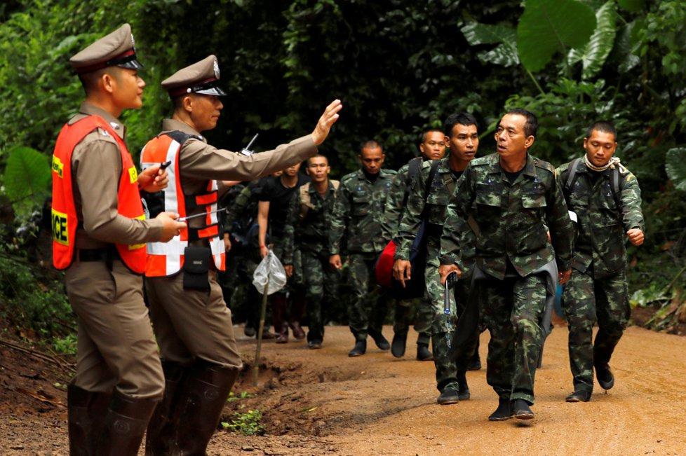 Vojáci u thajské jeskyně, ve které voda uvěznila 12 mladých fotbalistů a jejich trenéra.