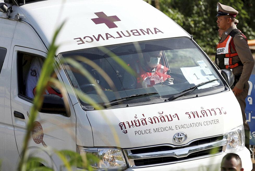 Záchranka, která převážela pátého zachráněného chlapce