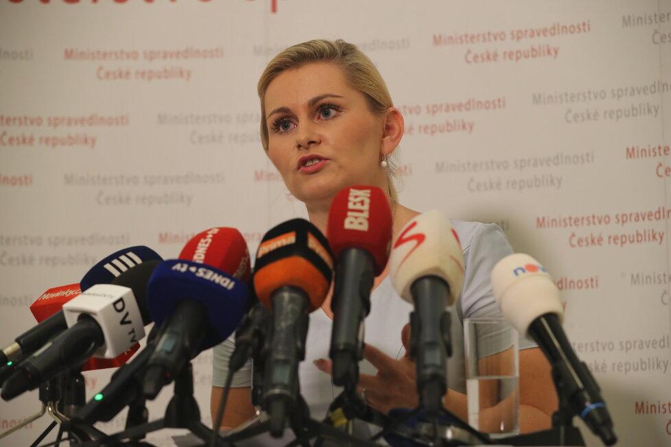Taťána Malá při tiskovce na ministerstvu spravedlnosti. V tu chvíli se ještě hájila a odstoupit nechtěla (9. 7. 2018).
