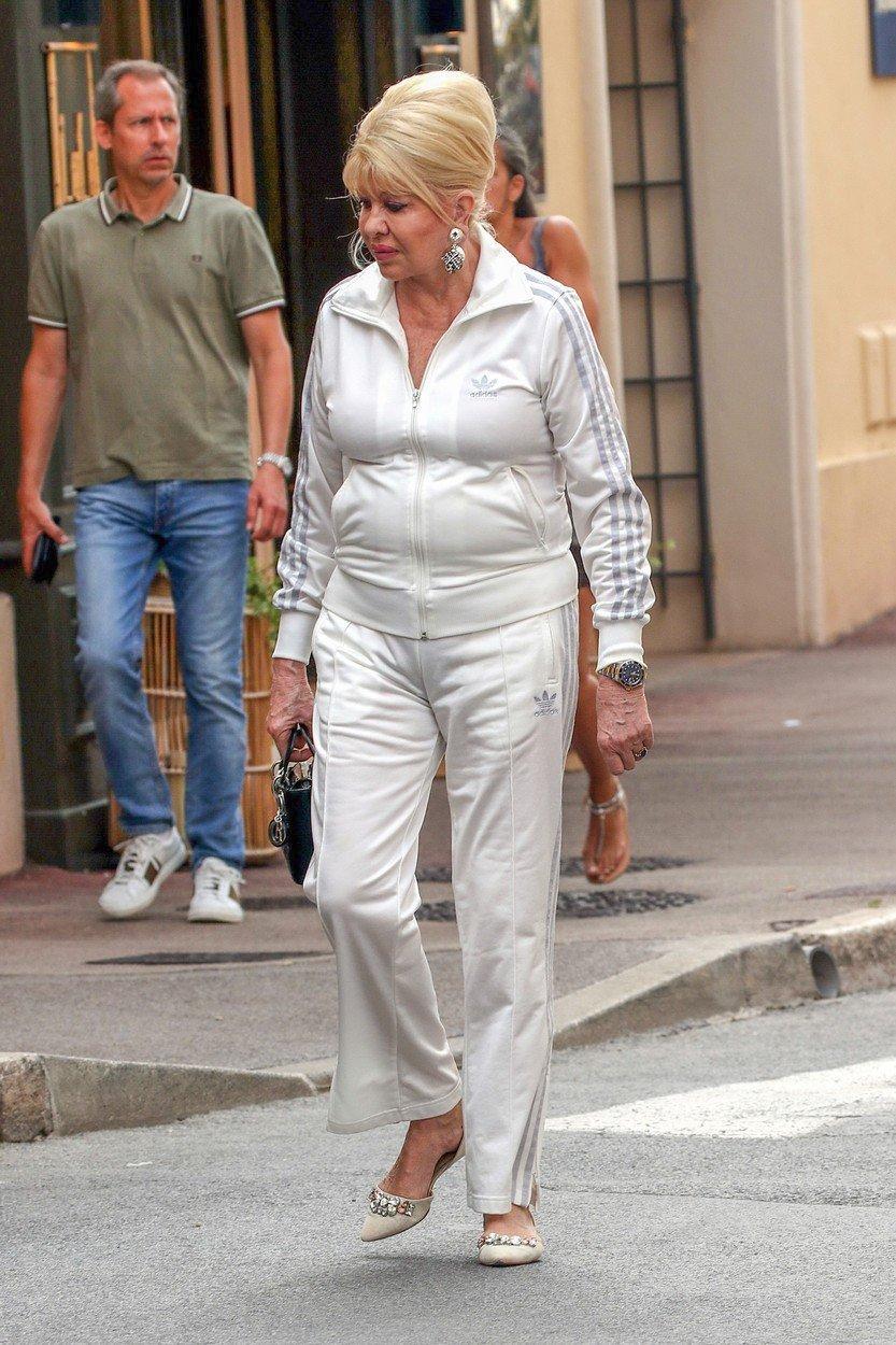 Ivana v pohodlné teplákovce v ulicích St. Tropez