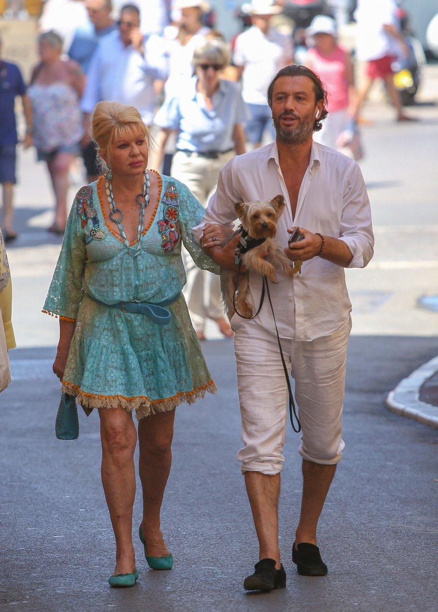 Ivana Trump tráví tradiční dovolenou v St. Tropez se svým italským hřebcem, exmanželem Rossanem Rubicondim