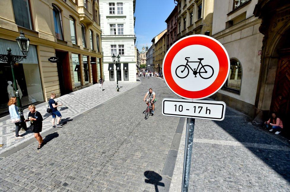 TSK do konce měsíce osadí značky zakazující od 10 do 17 hodin kola na pěších zónách v centru Prahy.