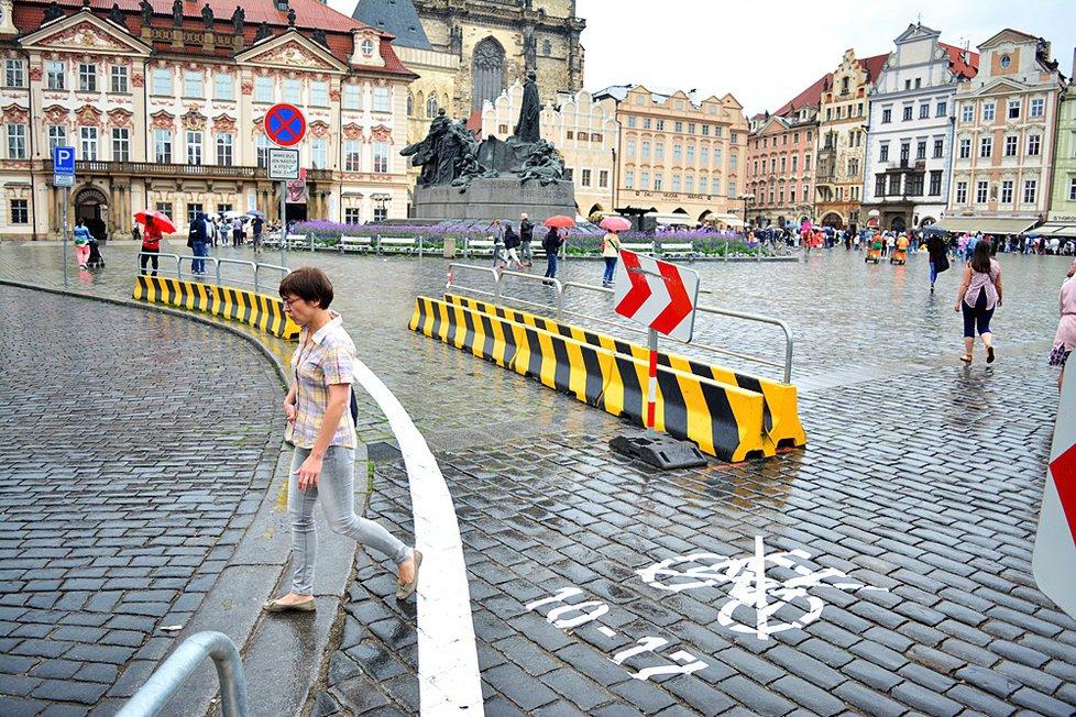 V historickém centru Prahy TSK na popud Prahy 1 nastříkala bílé značení na chodník. Pražané jsou popuzeni.