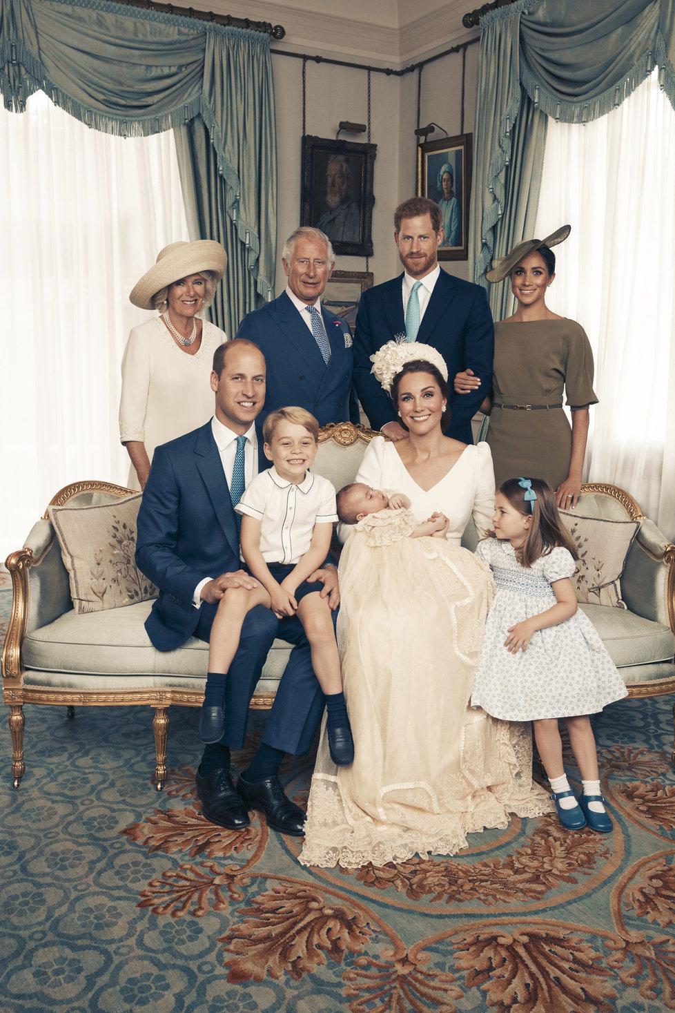 Královská rodina na oficiální fotografii ze křtu prince Louise