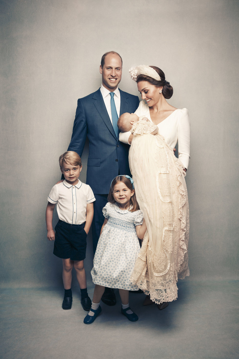 Oficiální fotografie ze křtu prince Louise: Princ William, vévodkyně Kate, princ George, princezna Charlotte a princ Louis v náručí maminky