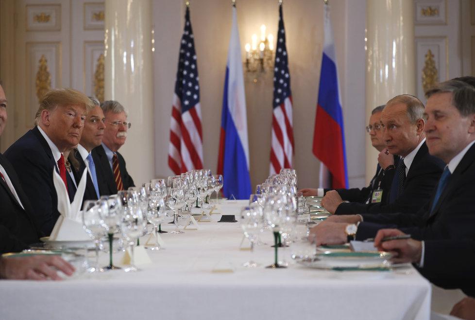 Trump a Putin jednají za přítomnosti svých poradců.