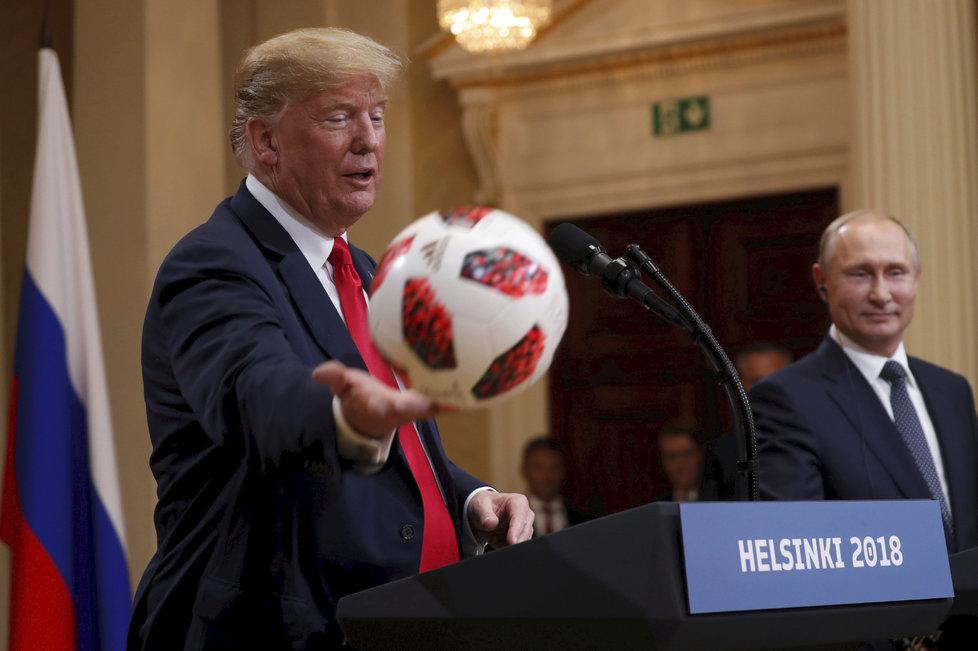 Putin symbolicky předal Trumpovi fotbalový míč.