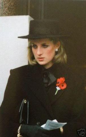 1984 - V černém klobouku a makovou brož.