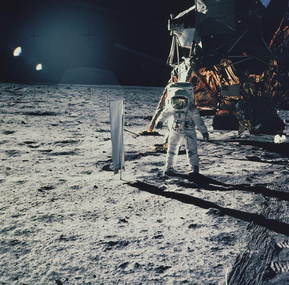 20. července 1969 ve 20:17 UTC přistála posádka pod vedením Neila Armstronga na Měsíc. O šest hodin později Armstrong a pilot Buzz Aldrin vkročili na jeho povrch.