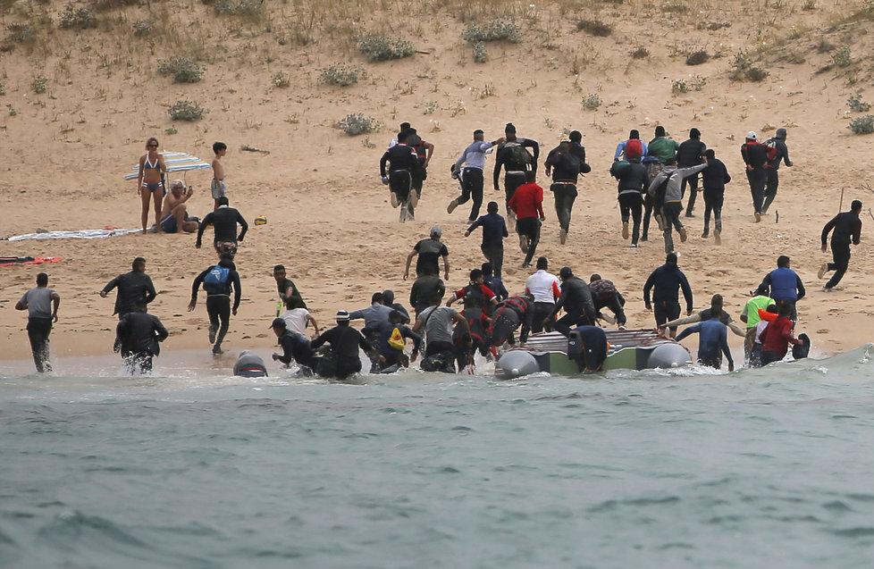 Migranti překonali Gibraltar a z Maroka připluli na jih Španělska. Po vylodění na pláži začali utíkat.
