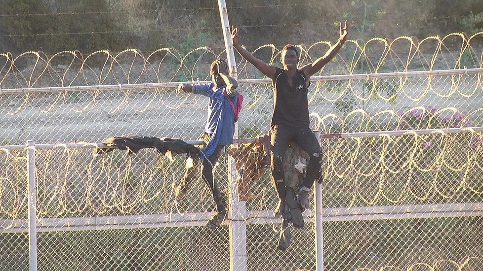 Migrantům se podařilo překonat na severu Afriky ploty oddělující Maroko a španělskou enklávu Ceuta.