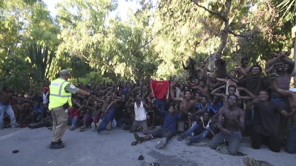 Migrantům se podařilo překonat na severu Afriky ploty oddělující Maroko a španělskou enklávu Ceuta