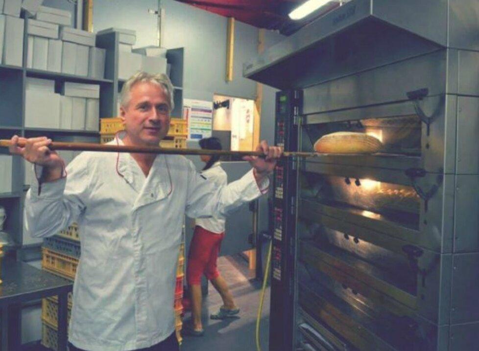 Jiří Bláha vlastní i pekařství, místo u pultíku je asi častěji u pece.